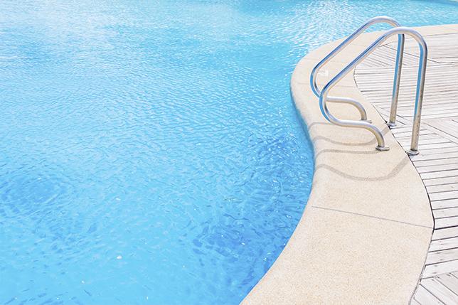 Mantenimiento de piscina con socorrista